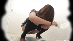 Big Japanese slit shot while pouring piss